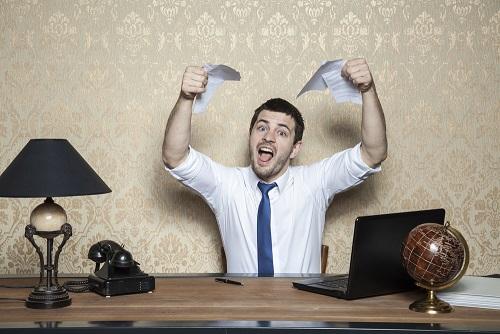 העובד לא יקבל פיצוי עבור שעות נוספות בשל סירובו להחתים כרטיס נוכחות